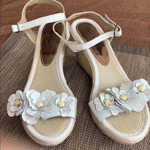 Beautiful Bare Traps Strappy Summer Wedges sandals